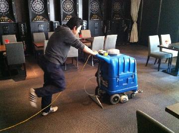 本格的なマシンを導入したカーペットクリーニング